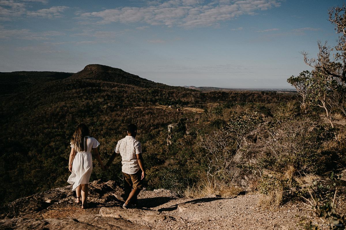 pre casamento no campo noiva de branco vestido de noiva para ensaio fotos por caio henrique casar no campo