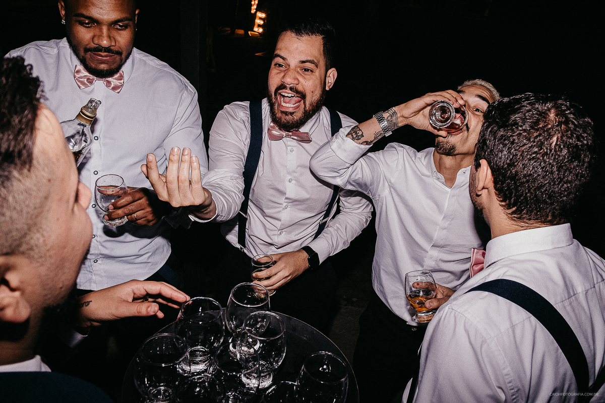 padrinhos bebados fotografia documental de casamento festa de casamento a noite hora da balada