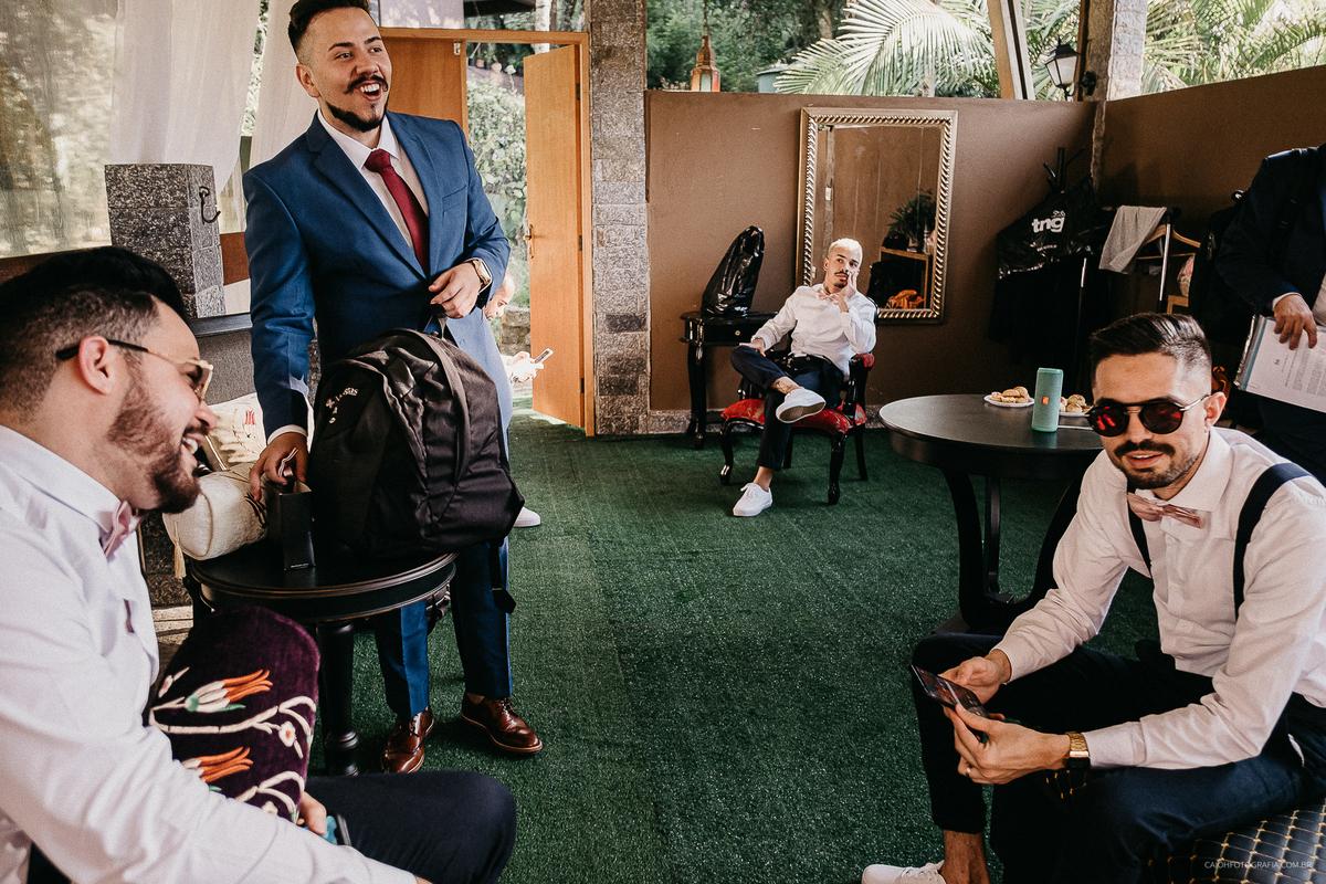 noivo com os padrinhos casar de dia making of do noivo fotografia de casamento fotos por caio henrique fotografo de sao paulo