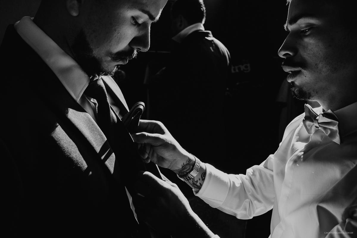 noivo com os padrinhos casar de dia making of do noivo fotografia de casamento fotos por caio henrique fotografo de sao paulo gravata de noivo