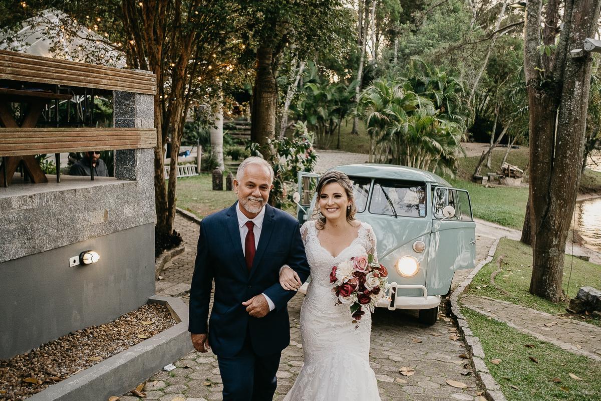 noiva entrando com o pai casamento de dia cerimonia ao ar livre fotos por caio henrique