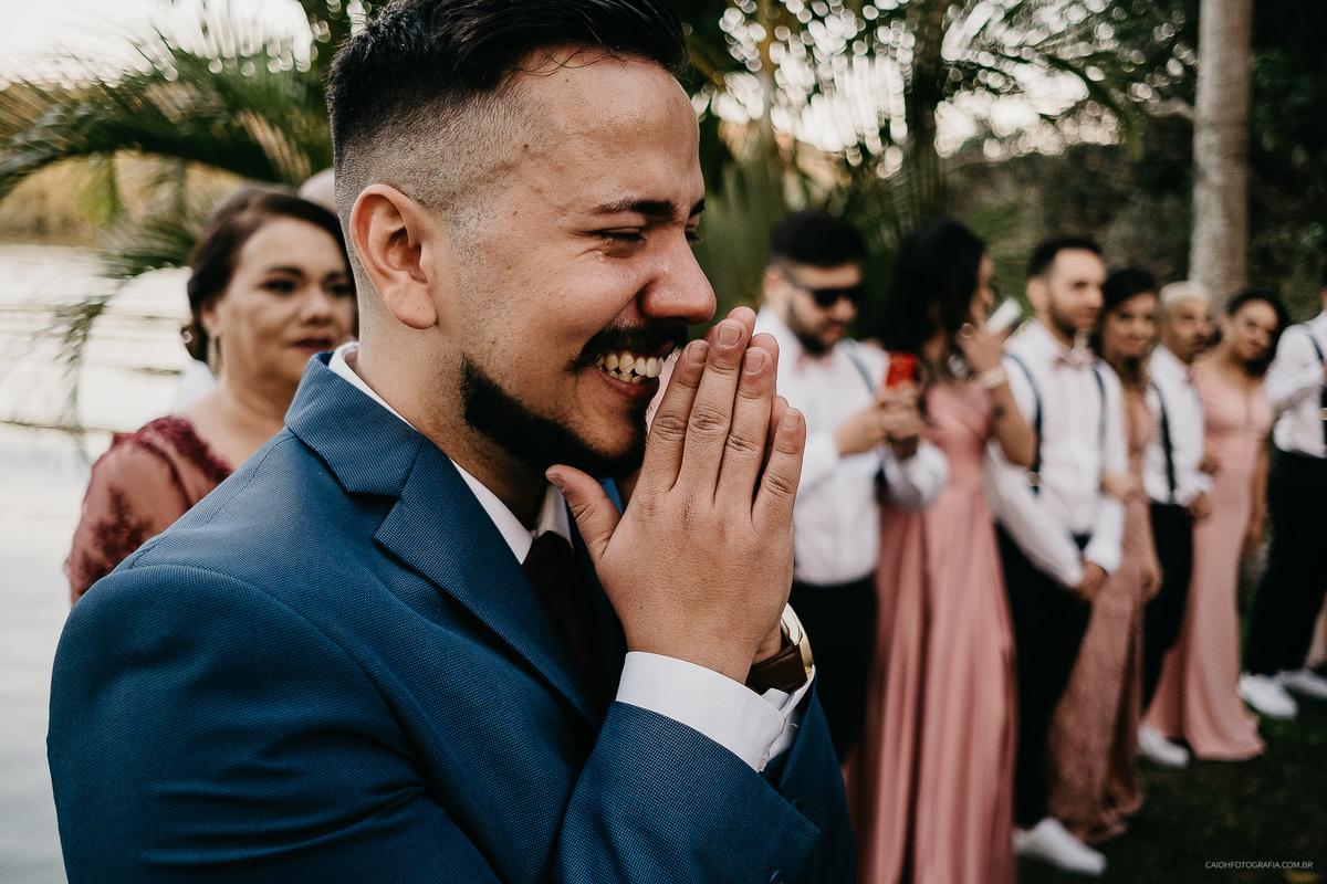 noiva entrando com o pai casamento de dia cerimonia ao ar livre fotos por caio henrique  reacoes do noivo