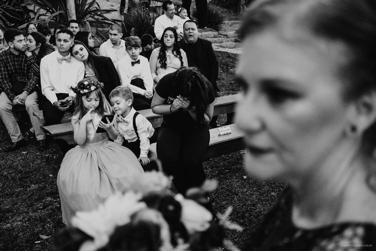 fotografia documental daminha de honra criancas em casamento cerimonia mae da noiva