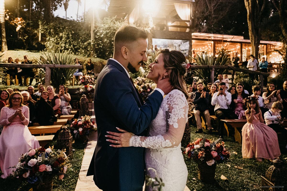 beijo do casal final de casamento fim de tarde casamento ao por do sol fotos por caio henrique