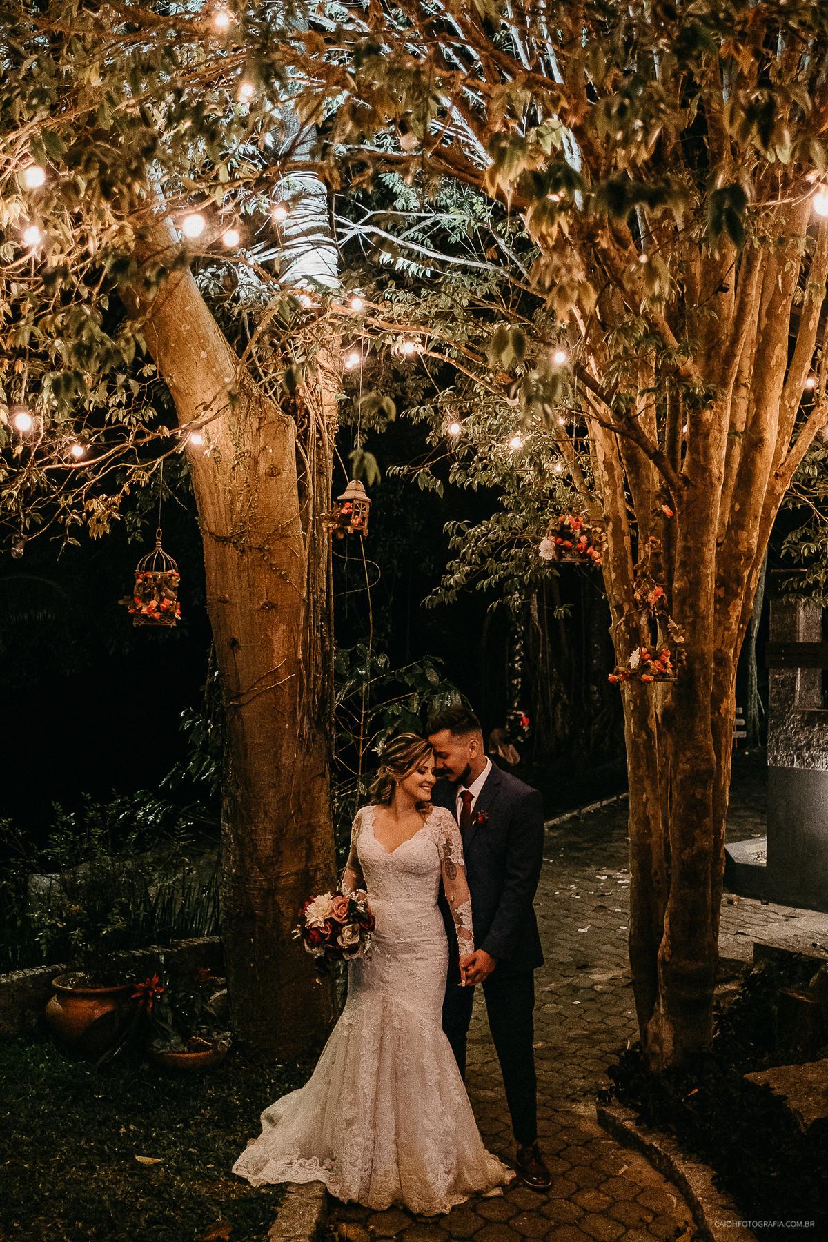 vestido de noiva retrato de noiva buque de casamento ideias de fotos inspiracao para noivas casar de noite  ensaio de casal arco de flores em casamento