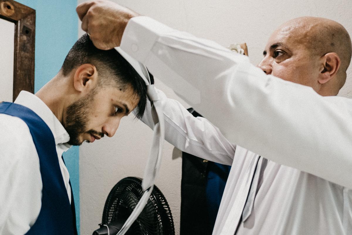 noivo com o pai fotografia documental making of do noivo casar de dia no campo fotografos de sao paulo gravata de noivo
