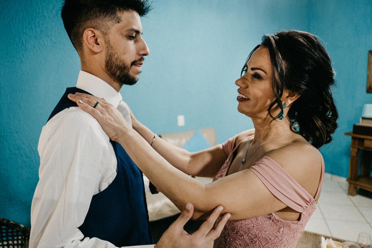 noivo com o pai fotografia documental making of do noivo casar de dia no campo fotografos de sao paulo noivo com a mae