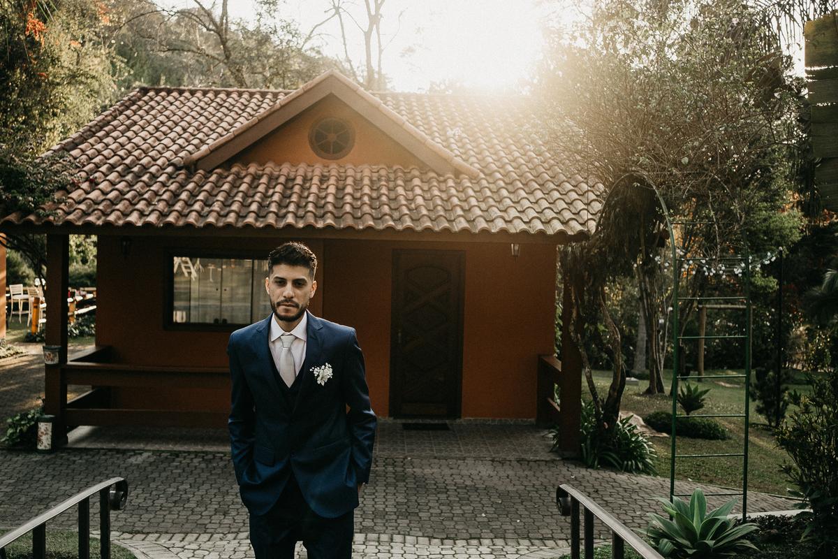 noivo entrando ao por do sol fotografia de casamento fotos do noivo cerimonia ao ar livre casar no por do sol fotos por caio henrique