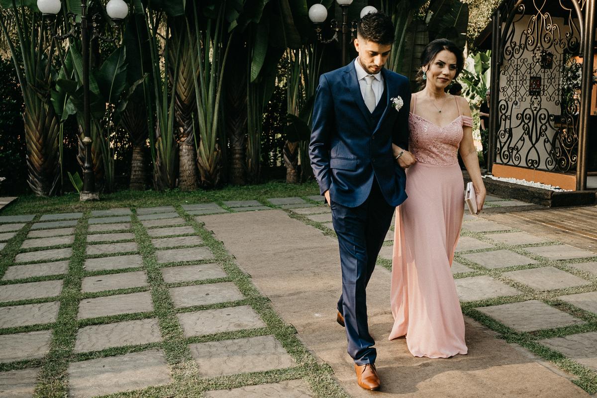 noivo entrando ao por do sol fotografia de casamento fotos do noivo cerimonia ao ar livre casar no por do sol fotos por caio henrique noivo entrando com a mae