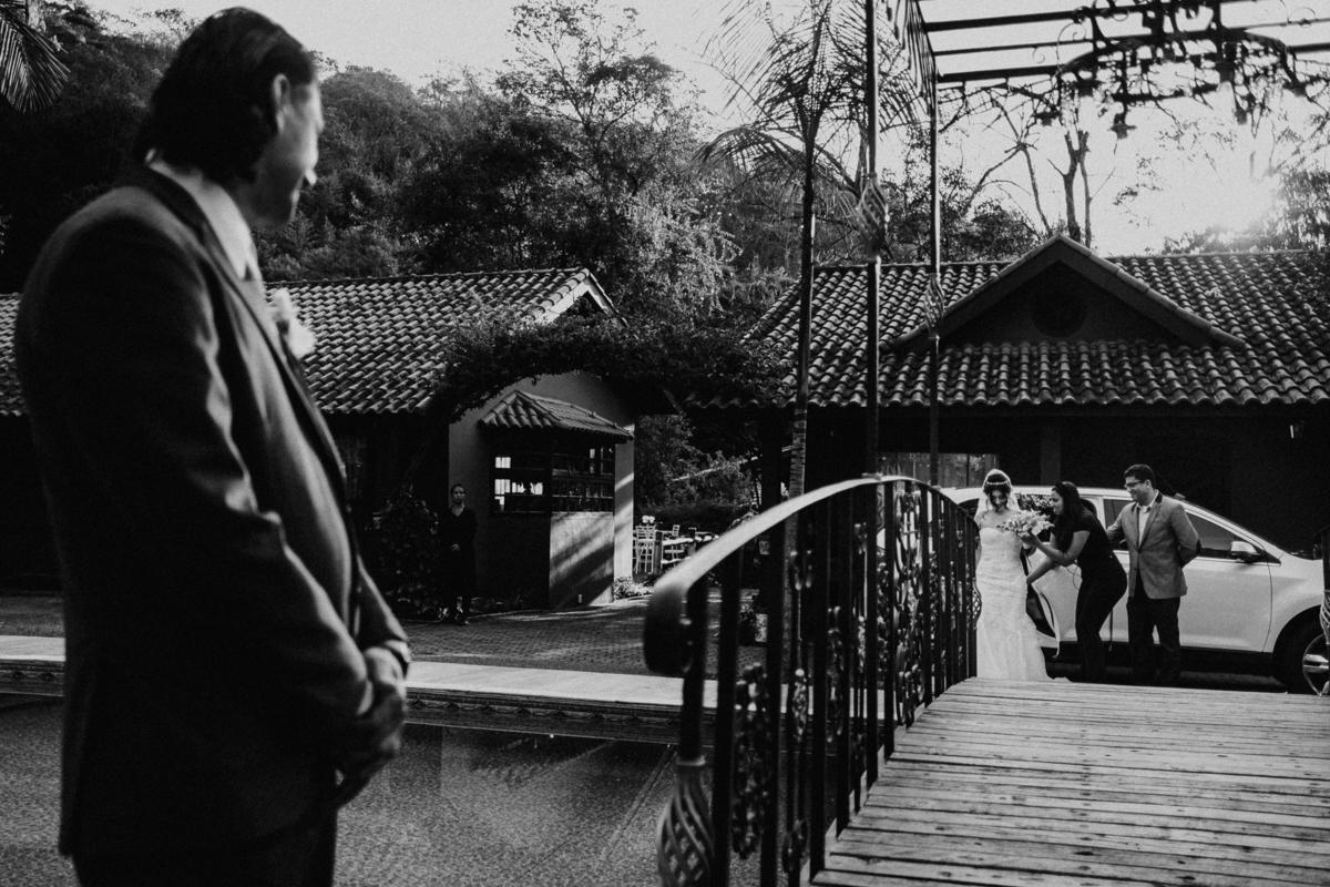 entrada da noiva com o pai emocionado fotografia de casamento casar no campo fotos por caio henrique fotografo de casamentos em sao paulo