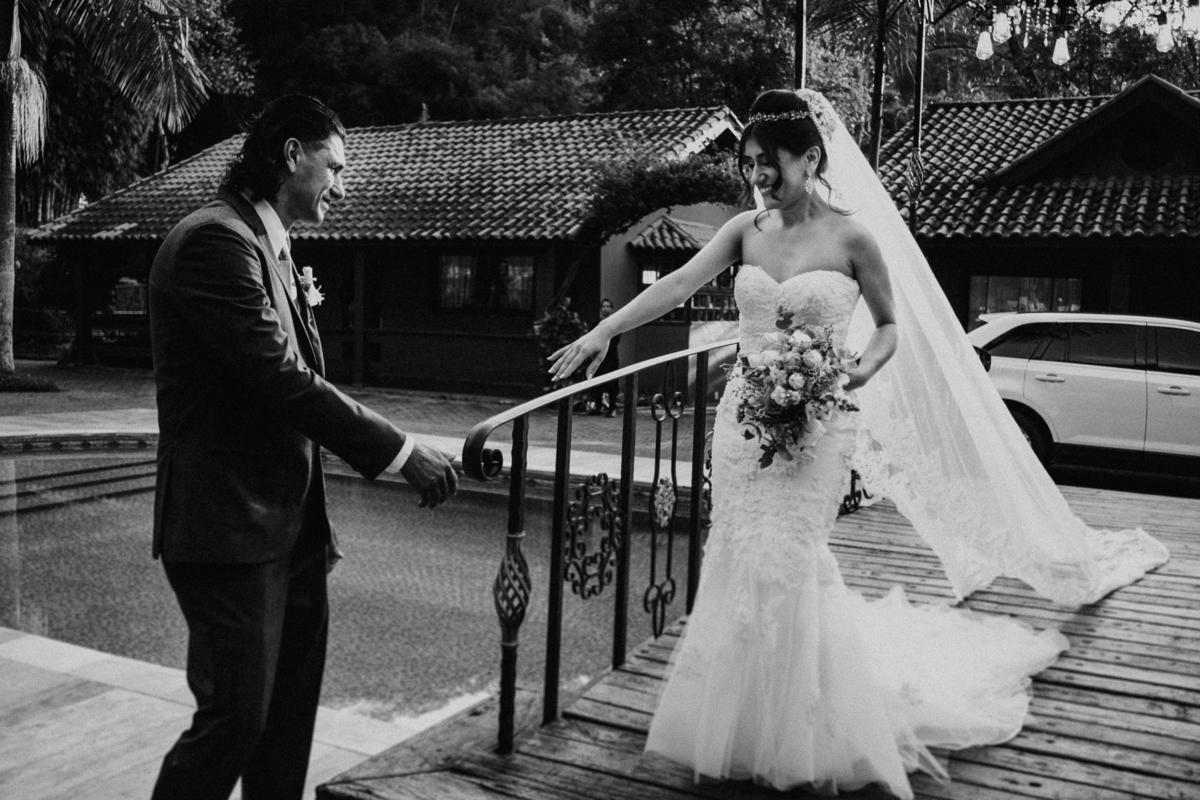 entrada da noiva com o pai emocionado fotografia de casamento casar no campo fotos por caio henrique fotografo de casamentos em sao paulo vestido de noiva por do sol buque de noiva
