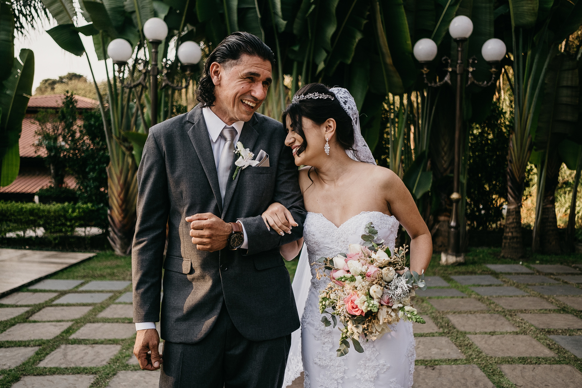 entrada da noiva com o pai emocionado fotografia de casamento casar no campo fotos por caio henrique fotografo de casamentos em sao paulo vestido de noiva por do sol buque de noiva noiva sorrindo