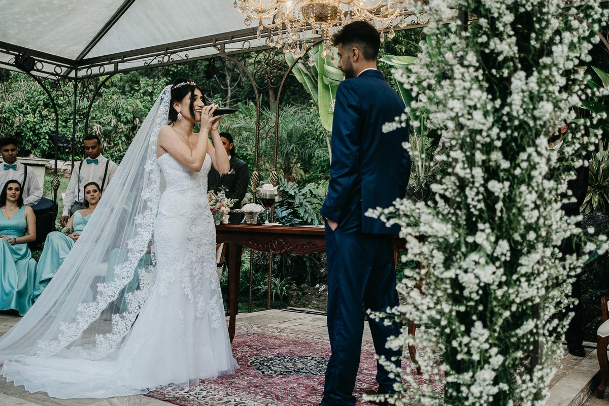 cerimonia ao ar livre casamento cristao fotografia de casamento noivos sorrindo fotografos de sao paulo mairipora fotos por caio henrique noiva cantando para o noivo
