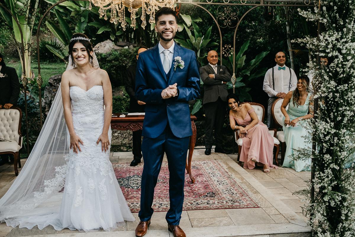 cerimonia ao ar livre casamento cristao fotografia de casamento noivos sorrindo fotografos de sao paulo mairipora fotos por caio henrique entrada das aliancas