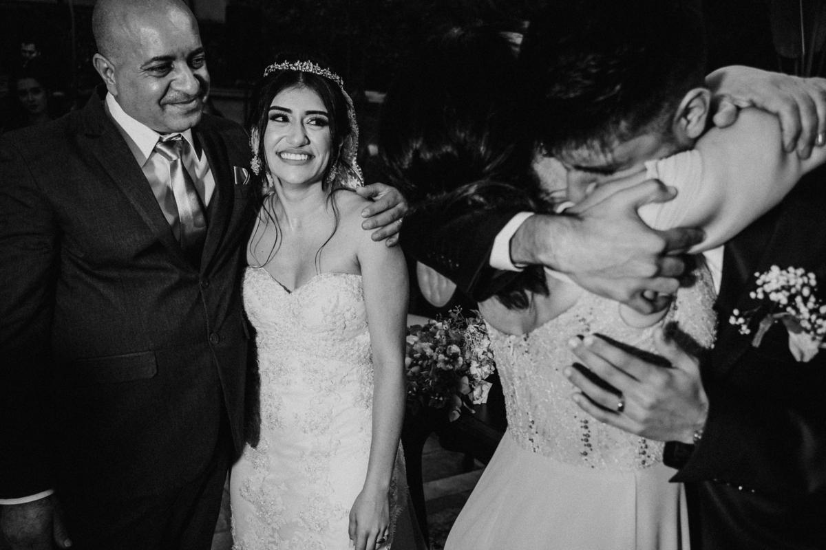 hora das aliancas casamento de dia fotografos de sao paulo mairipora fotografia artesanal oracao com os pais beijo do casal