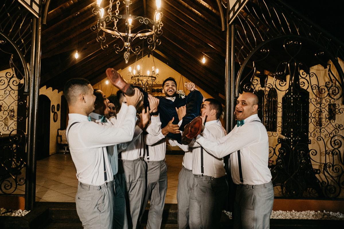 hora das aliancas casamento de dia fotografos de sao paulo mairipora fotografia artesanal oracao com os pais beijo do casal  fotos com os padrinhos