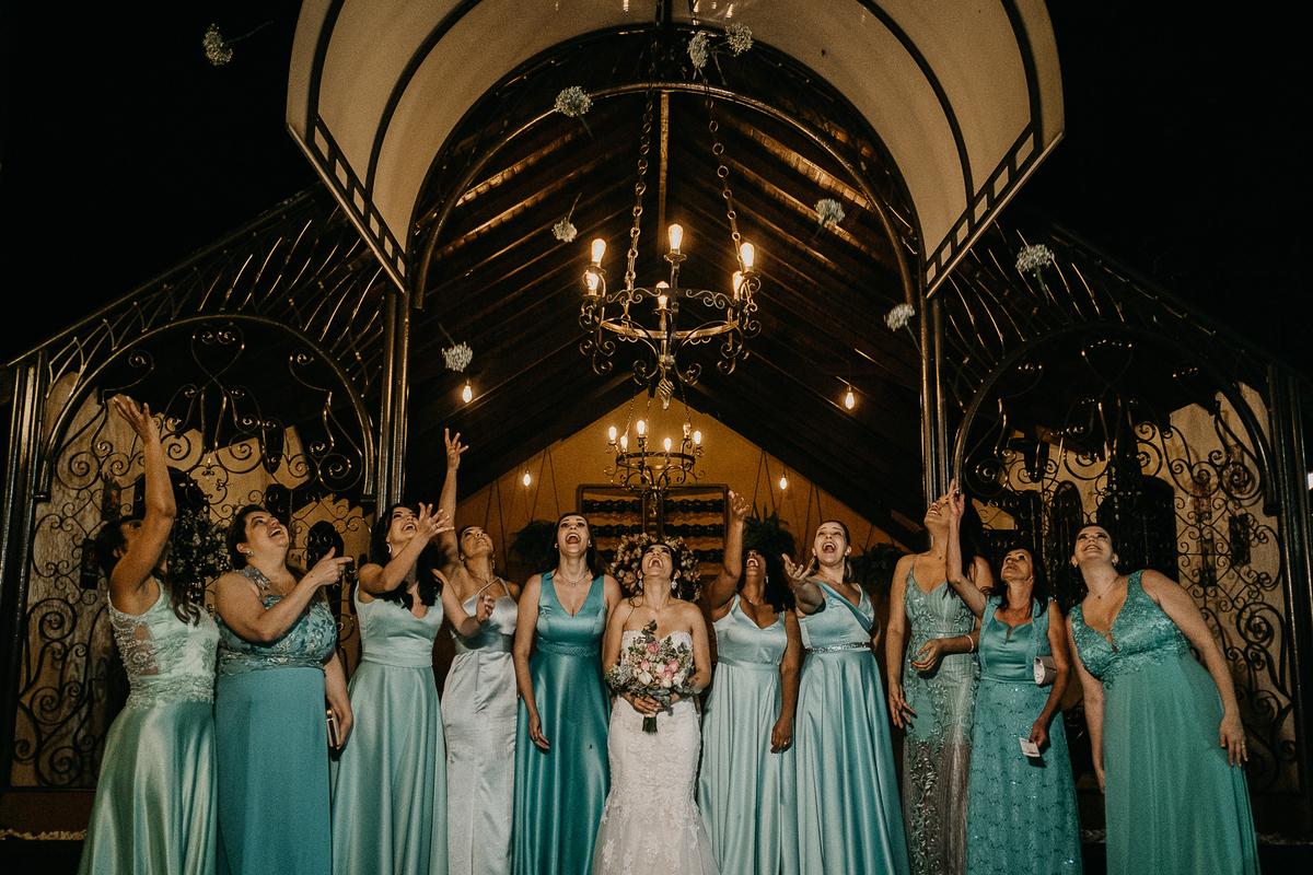 hora das aliancas casamento de dia fotografos de sao paulo mairipora fotografia artesanal oracao com os pais beijo do casal  madrinhas da noiva