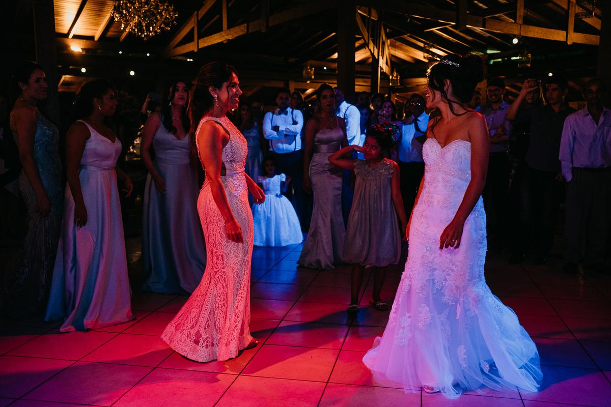 brinde do casal festa de casamento hora do sapatinho fotografia de casamento valsa dos noivos danca do casal