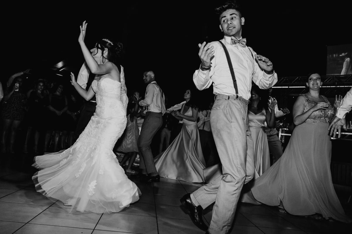 hora da festa balada de casamento fotografia documental casamentos de noite ravena garden  noiva na pista de danca casamentos diferentes