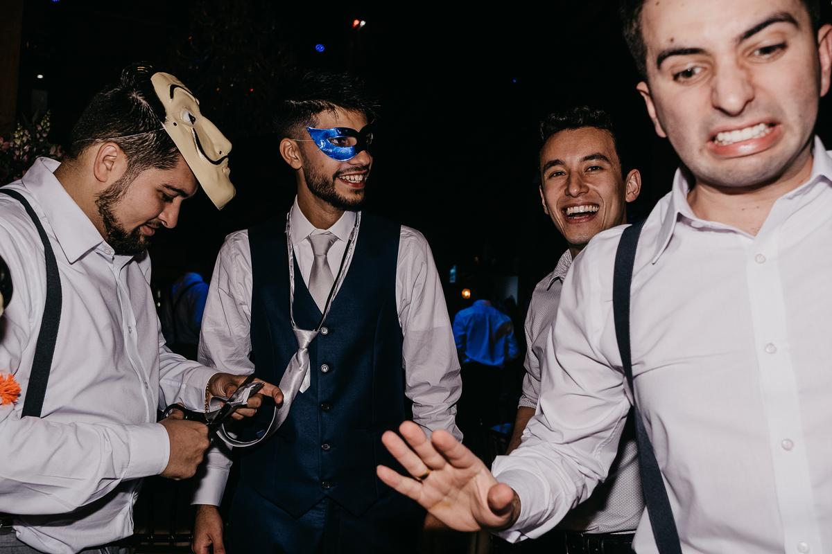 balada de casamento hora da gravata casamentos de noite fotos por caio henrique noivo com os padrinhos inspiracao pra casar