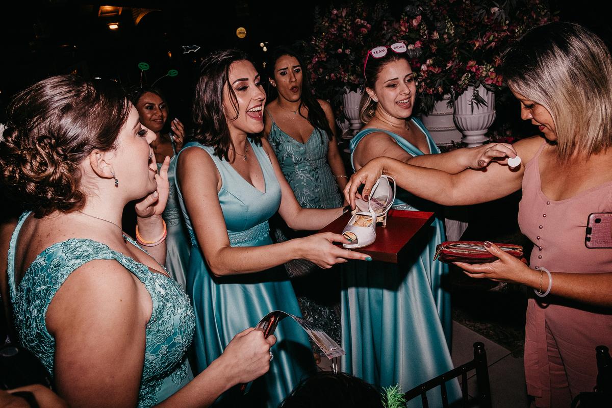 balada de casamento hora da gravata casamentos de noite fotos por caio henrique noivo com os padrinhos inspiracao pra casar noiva com fantasia