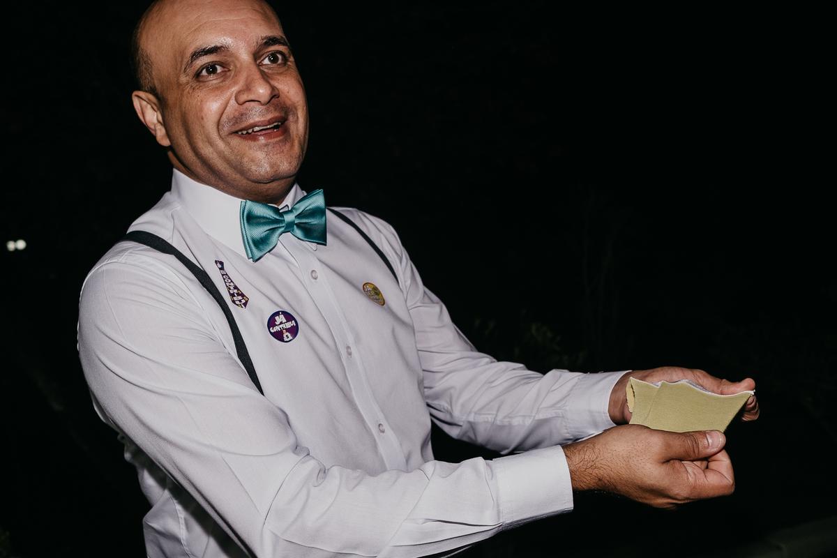 balada de casamento hora da gravata casamentos de noite fotos por caio henrique noivo com os padrinhos inspiracao pra casar noiva com fantasia cueca do noivo