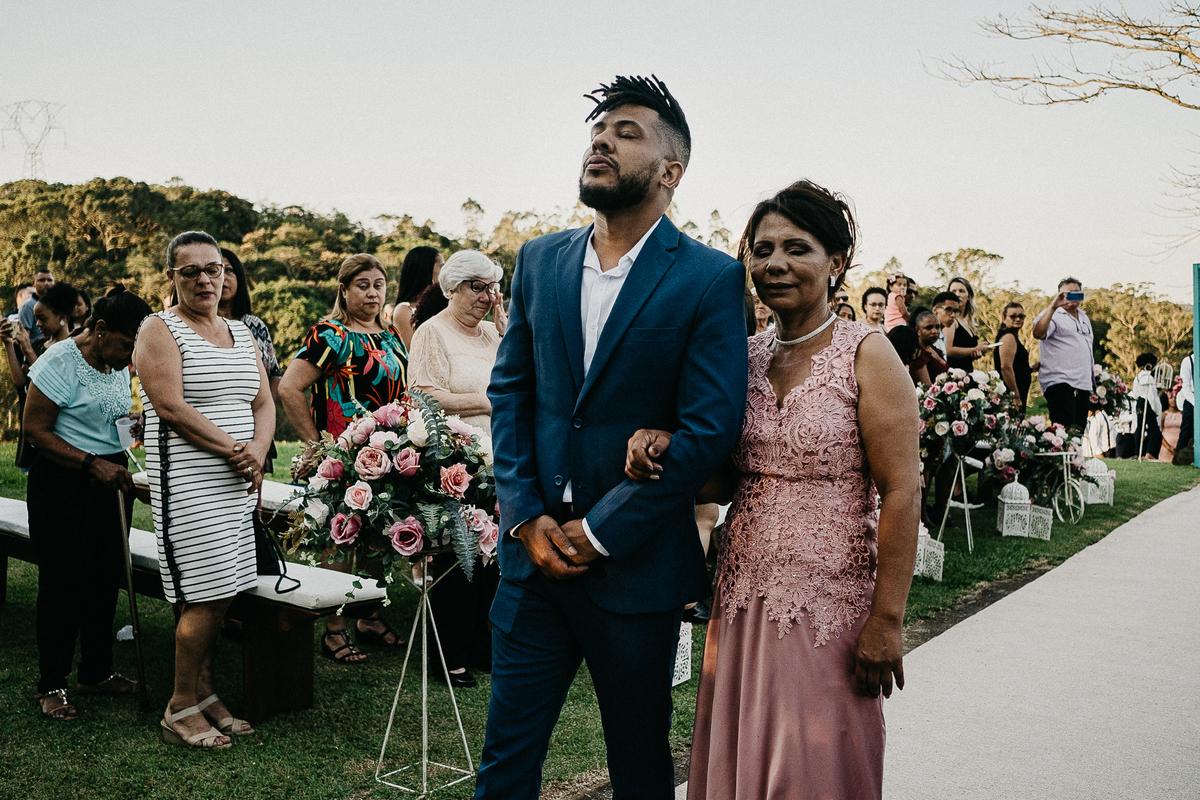 fotografia de casamento casar no campo casamentos de dia noivo afro fotografos de sao paulo fotos por caio henrique casamento de dia  entrada do noivo  noivo chorando com a mae