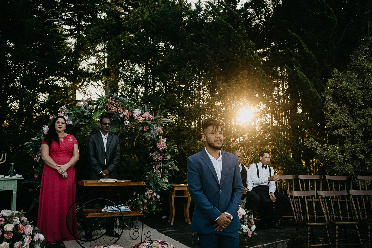 casamento de dia fotografia de casamento no campo cerimonia ao ar livre no por do sol noivo esperando a noiva no altar fotos por caio henrique