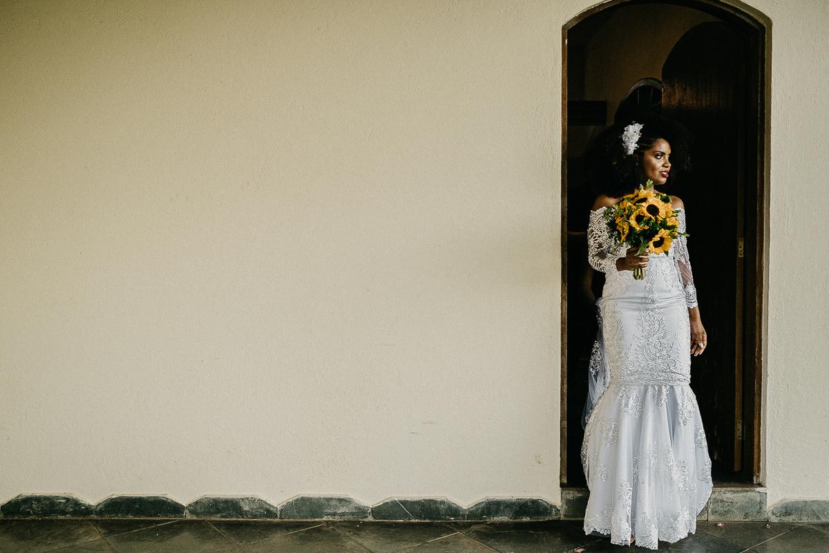 casamento de dia casar no campo fotografia de casamento por caio henrique noiva afro vestido de noiva buque de girassol ideias para casar no campo