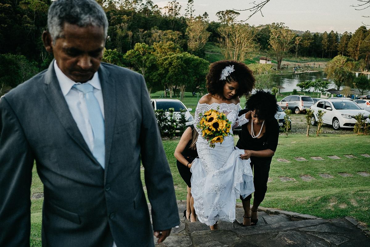 noivo chorando noivo emocionado ao ver a noiva fotografia de casamento casamento ao ar livre cerimonia no campo fotografia por caio henrique fotografos de sao paulo zona leste entrada da noiva pai da noiva