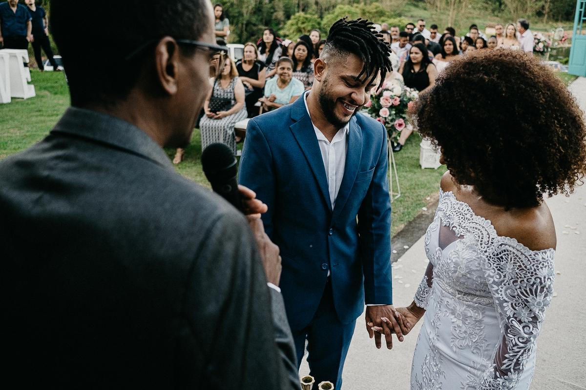 casamento religioso casal cristao fotografia de casamento casar no campo cerimonia ao ar livre fotografos de casamento sao paulo mogi das cruzes  fotos espontaneas noivos sorrindo