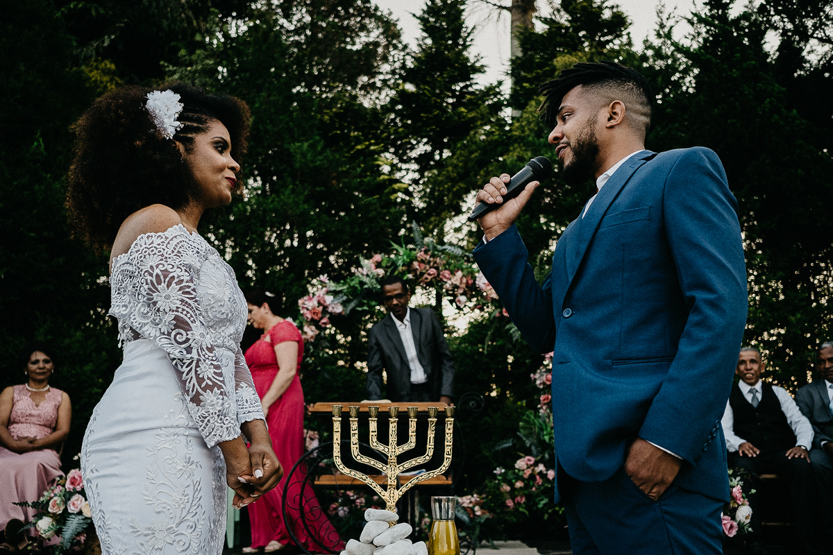 casamento religioso casal cristao fotografia de casamento casar no campo cerimonia ao ar livre fotografos de casamento sao paulo mogi das cruzes  fotos espontaneas noivos sorrindo votos do noivo