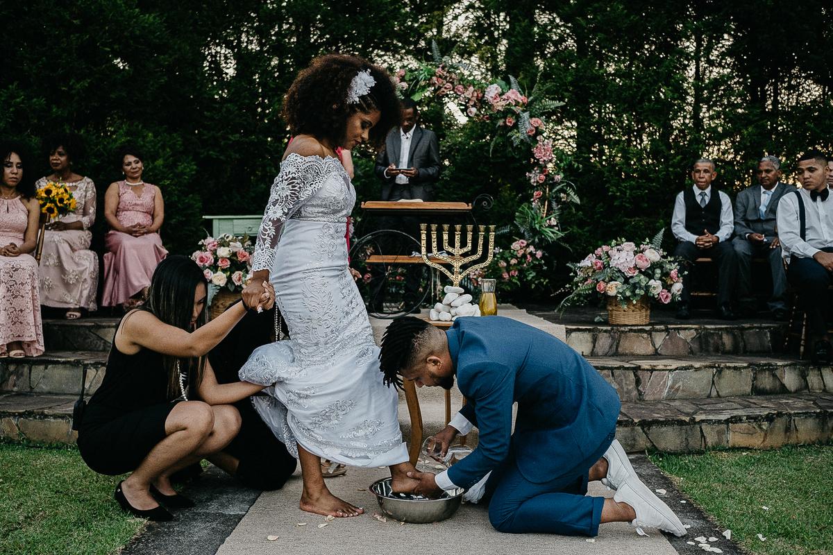 cerimonia no campo casamento ao ar livre casal cristao cerimonia religiosa fotografia de casamento casar de dia noivos afros