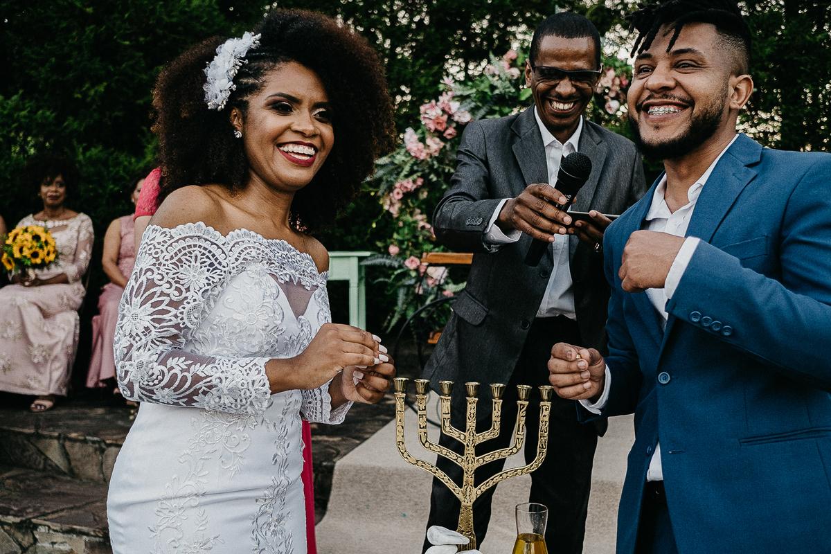 cerimonia no campo casamento ao ar livre casal cristao cerimonia religiosa fotografia de casamento casar de dia noivos afros  alianca dos noivos troca de alianca