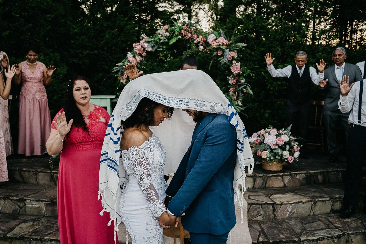 cerimonia no campo casamento ao ar livre casal cristao cerimonia religiosa fotografia de casamento casar de dia noivos afros  alianca dos noivos troca de alianca oracao do casal