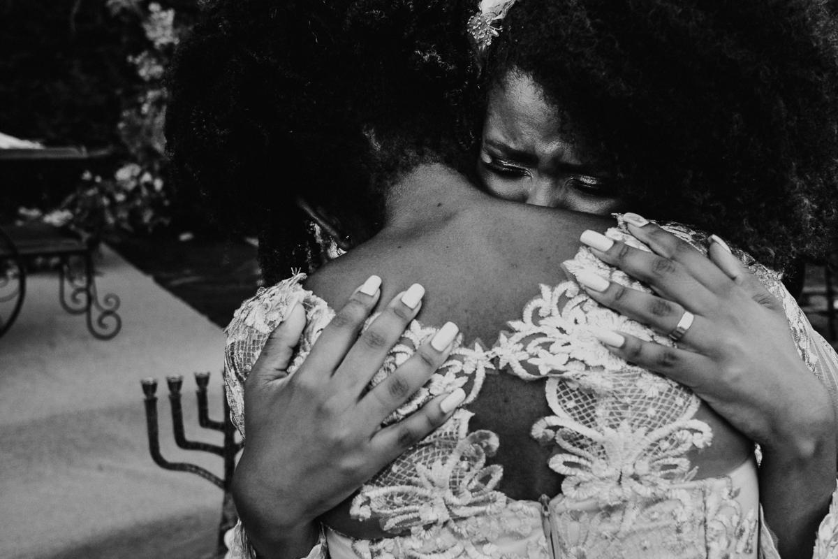 cerimonia no campo casamento ao ar livre casal cristao cerimonia religiosa fotografia de casamento casar de dia noivos afros  alianca dos noivos troca de alianca mae da noiva