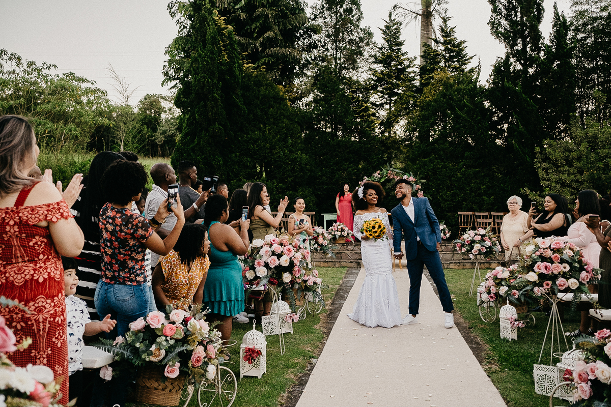 noivos sorrindo saida dos noivos cerimonia ao por do sol fotografia de casamento de dia fotografos de casamento em sao paulo noivos afros