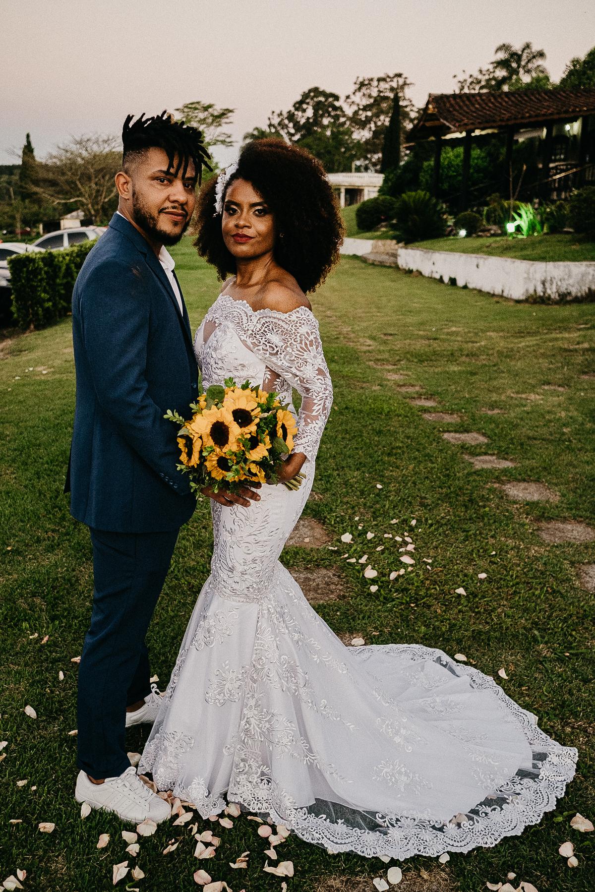 noivos sorrindo saida dos noivos cerimonia ao por do sol fotografia de casamento de dia fotografos de casamento em sao paulo noivos afros  retrato dos noivos ensaio casal