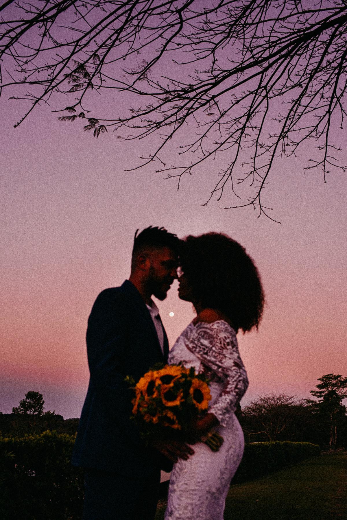 noivos sorrindo saida dos noivos cerimonia ao por do sol fotografia de casamento de dia fotografos de casamento em sao paulo noivos afros  por do sol noivos afros