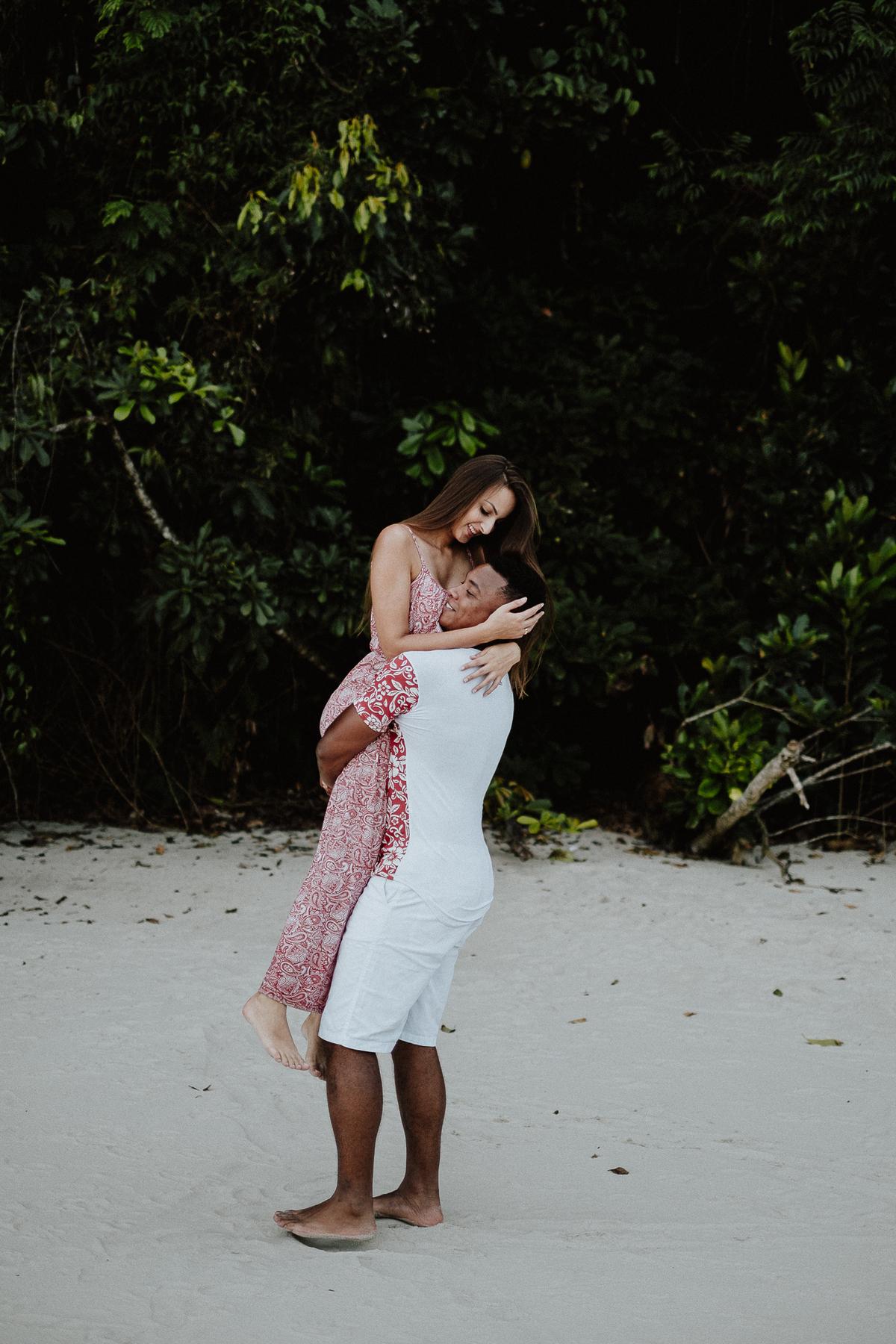 ensaio casal fotografia de casamento litoral norte praia da jureia ideias de ensaio pre wedding fotos por caio henrique ch fotografia  noivos sorrindo na praia