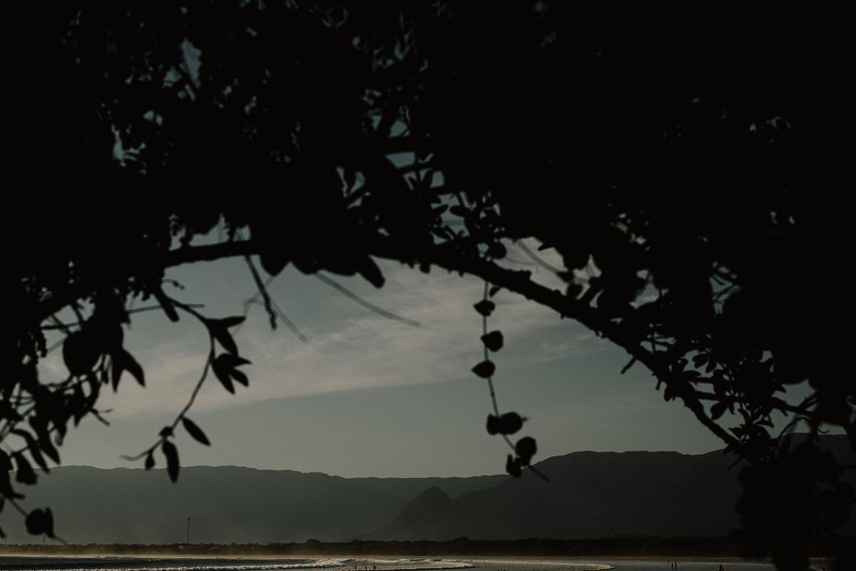 ensaio casal fotografia de casamento litoral norte praia da jureia ideias de ensaio pre wedding fotos por caio henrique ch fotografia  noivos sorrindo na praia  fim da tarde fotos no por do sol