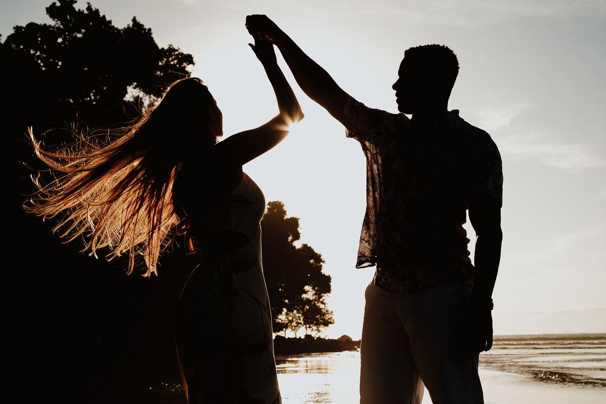 ensaio na praia com por do sol ensaio pre casamento fotos por caio henrique praia da jureia bora bora