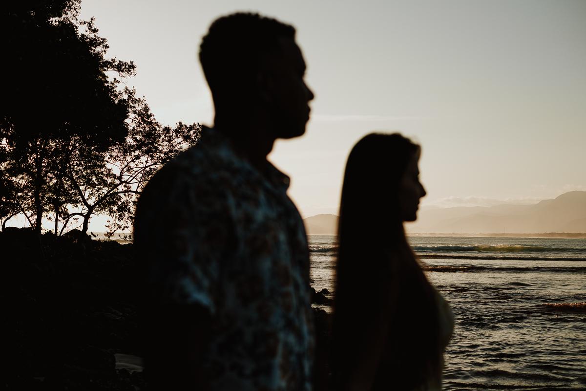 ensaio na praia com por do sol ensaio pre casamento fotos por caio henrique praia da jureia bora bora  ideias de ensaio casal