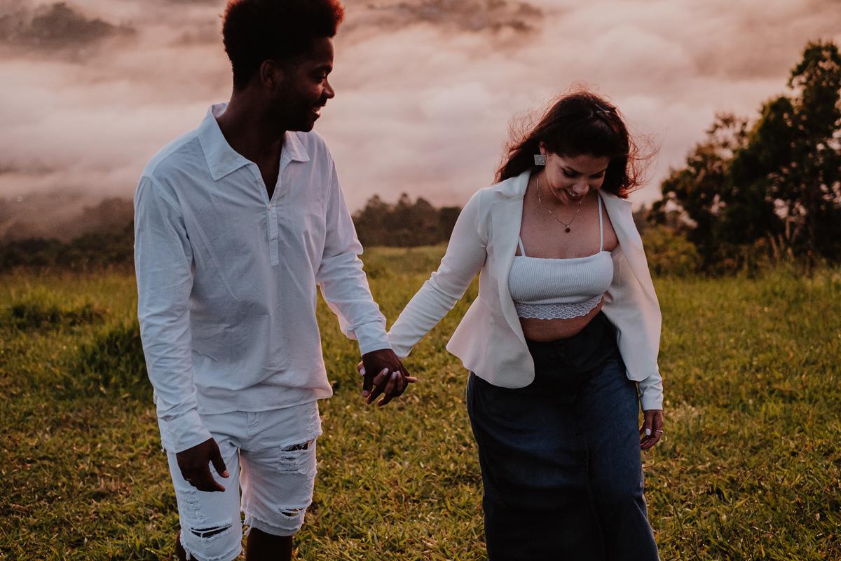 ideia de ensaio pre casamento noivos sorrindo fotos espontaneas nascer do sol em mairipora fotos por caio henrique