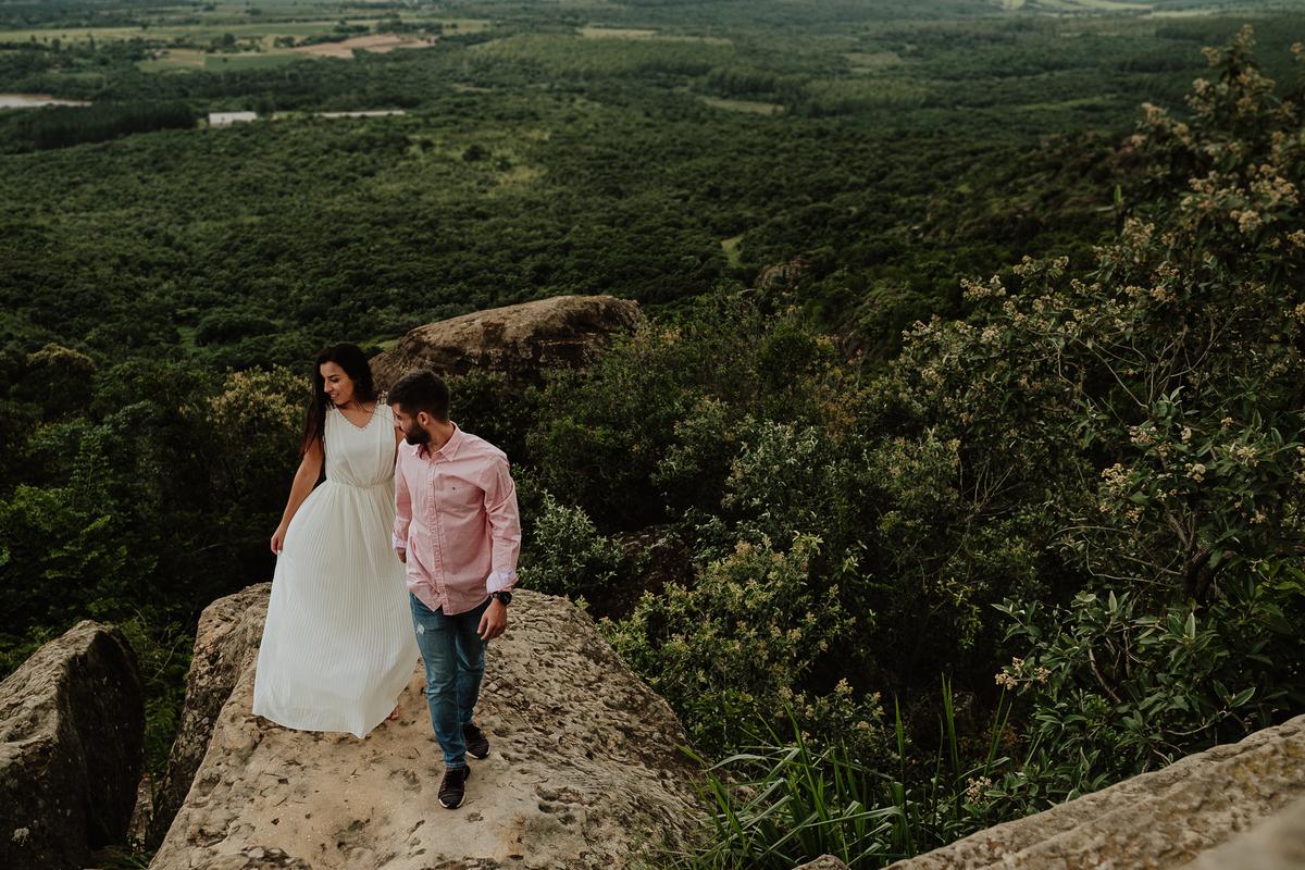ensaio no campo fotografia de casamento ensaio vitoria e lucas por caio henrique fazenda ipanema