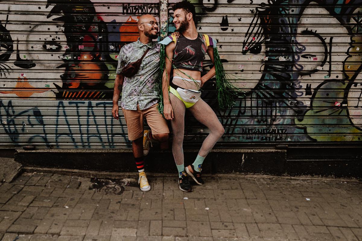 ensaio casal fotografia de casamento caio henrique fotografo de casamentos em sao paulo casal homo afetivo carnaval rua augusta  bloquinho de carnaval