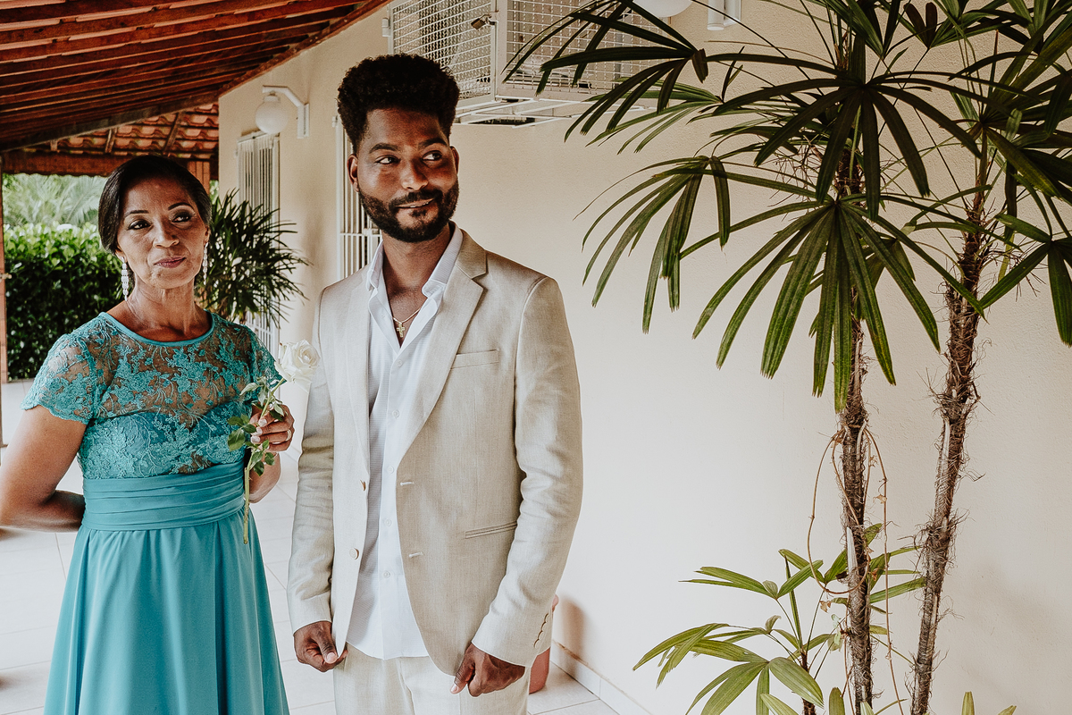 casamentos de dia noivo ansioso com a mae traje de noivo fotografia documental fotos espontaneas fotos por caio henrique rancho ribeiros
