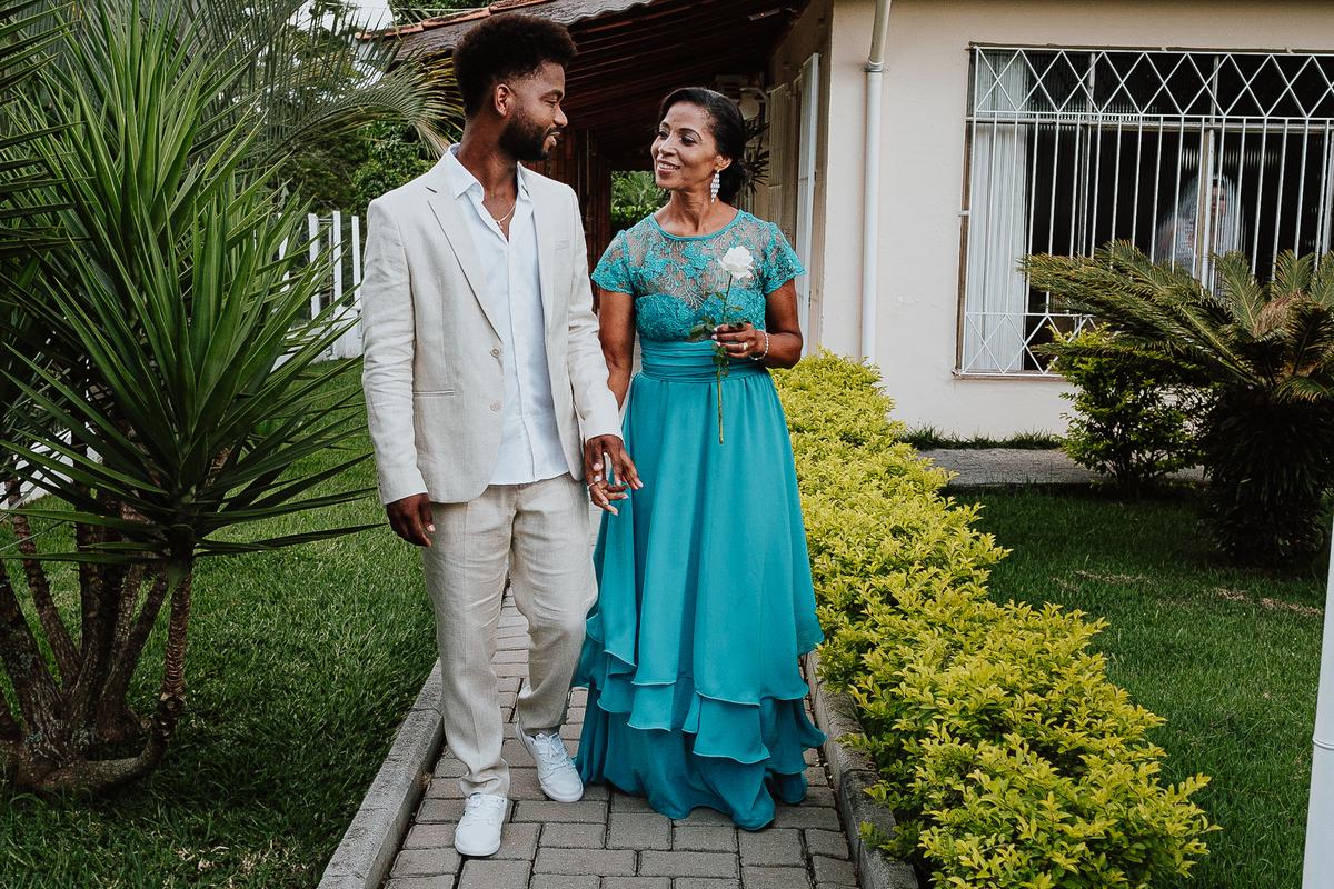 casamentos de dia noivo ansioso com a mae traje de noivo fotografia documental fotos espontaneas fotos por caio henrique rancho ribeiros entrada do noivo