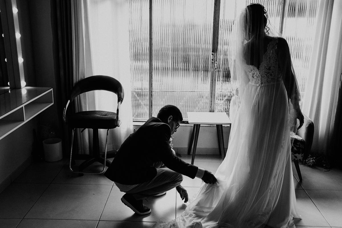 casamentos de dia noivo ansioso com a mae traje de noivo fotografia documental fotos espontaneas fotos por caio henrique rancho ribeiros pai da noiva vestido de noiva