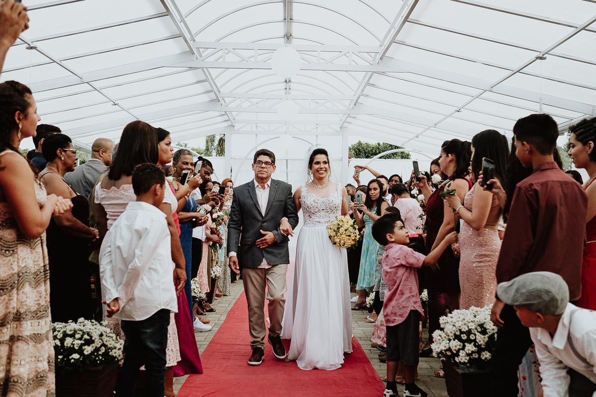 entrada da noiva noiva sorrindo com o pai fotografia de casamento casar de dia fotografia de casamentos